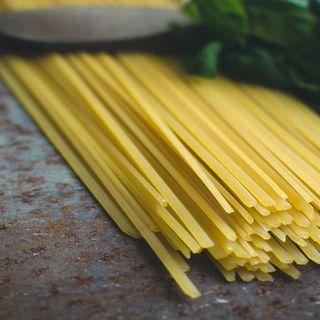 Storie di pasta la nascita degli spaghetti e come prepararli alla puttanesca