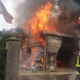 Paura in contrada: a fuoco un'abitazione. Due persone intossicate dal fumo