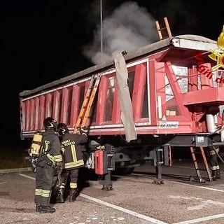 Carico di batterie prende fuoco lungo la Valsaugana. Intervento notturno dei pompieri