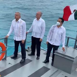 Asciende y condecora AMLO a personal naval que combate covid-19