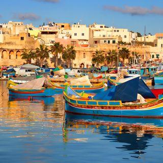 parliamo di Malta Dove l'economia va bene,  la prima lingua il maltese ( dialetto arabo) e tante curiosita'