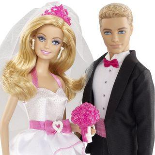 """Un uomo """"sposa"""" la sua bambola gonfiabile"""