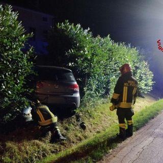 Perde il controllo dell'auto ed esce di strada: tranciato il tubo del metano