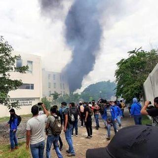 En Iguala normalistas causan destrozos en sede Judicial