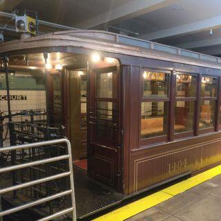 NYC Transit Museum. Viaje en el tiempo sobre raíles