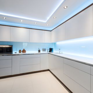 Sprytne patenty na oświetlenie w kuchni