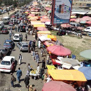 Dietro le tende del mercato a Kabul. Prospettive di miseria