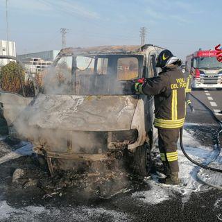 Furgone e il suo carico di volantini in cenere a causa di un incendio in autostrada