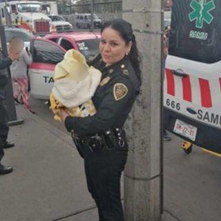 Taxista y policías ayudan al nacimiento de un bebé a bordo de un taxi.