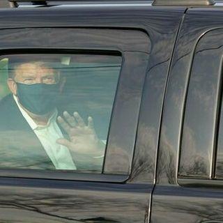 Covid, Trump esce dall'ospedale per salutare i sostenitori. Oggi forse le dimissioni