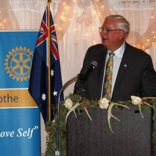2017 11-17 Ian Risely, president of Rotary International congratulates Chillicothe, Ohio Rotary