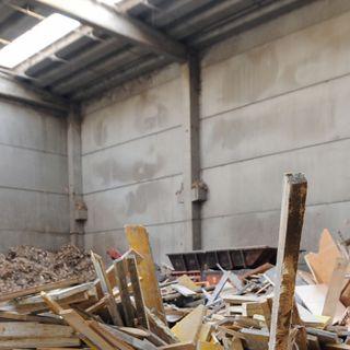 Chi deve svuotare i capannoni pieni di rifiuti?