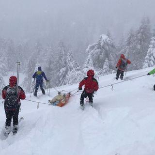 Salvataggio sotto una bufera di neve di uno scialpinista fratturato a Cima Larici VIDEO
