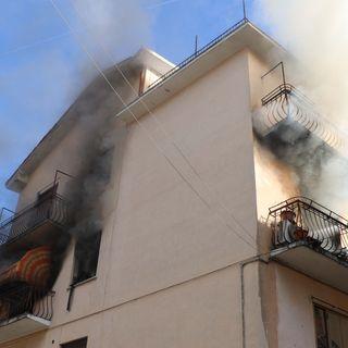 Esplosione in un condominio in centro: appartamento distrutto, evacuate 10 famiglie