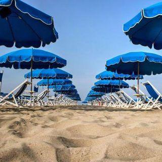 In spiaggia, ma con distanza. Le linee guida per convivere con il Coronavirus in estate