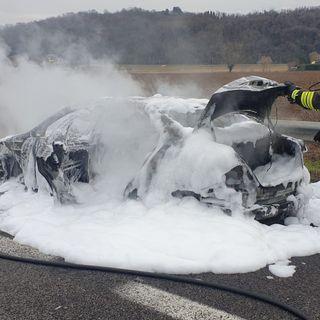 Mercedes in fiamme finisce carbonizzata in A4. Salvi conducente e passeggera (VIDEO)