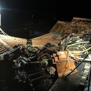 Incendio in abitazione: danni al tetto e all'impianto elettrico. Nessun ferito