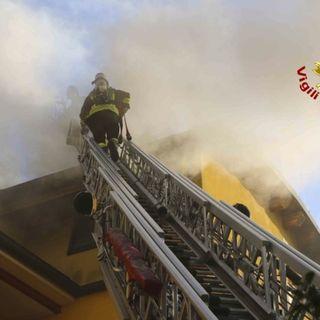 A fuoco il tetto di un complesso residenziale: case inagibili per tre famiglie, danni ingenti