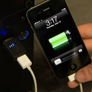 Conheça os riscos de carregar seu celular por USB no PC