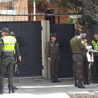 Inician vigilia afuera de la embajada de México en La Paz