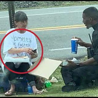 Poliziotto legge la scritta sulla maglietta di una senzatetto e si commuove...