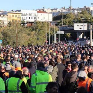Manifestazione No Green Pass a Trieste: la polizia sgombera con idranti