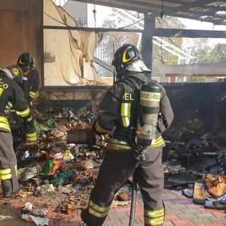 A fuoco un deposito, casa invasa dal fumo: intossicata un'anziana