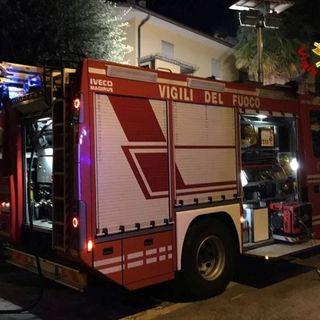 L'olio sul fuoco incendia la cucina: uomo intossicato dopo aver salvato il padre disabile VIDEO