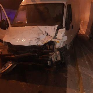 Perde il controllo del furgone e si schianta all'interno del tunnel: ferito un uomo