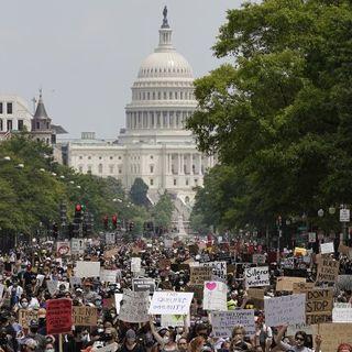 Floyd, in migliaia marciano a Washington contro il razzismo e la violenza della polizia