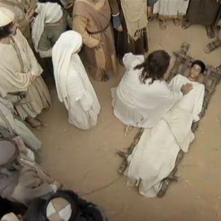 O milagre de Jesus após o encontro de duas multidões