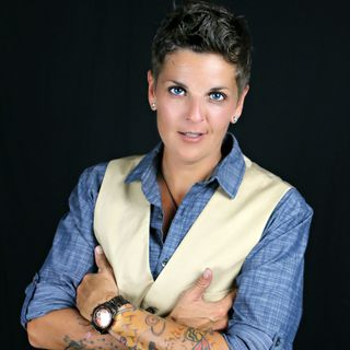 Lesbian Comedian Amy Tee - Awakened by Sobriety and a Bipolar Diagnosis