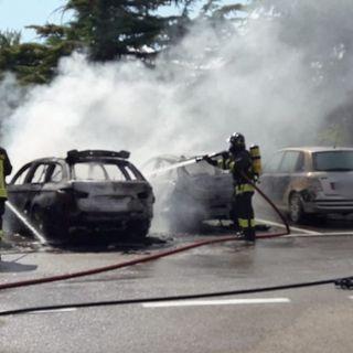 Fuoco nel parcheggio del casello dell'A31: distrutte due auto, danneggiate altre quattro