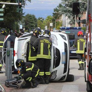 Schianto fra due auto all'incrocio: donna rimane ferita nell'auto rovesciata su un fianco