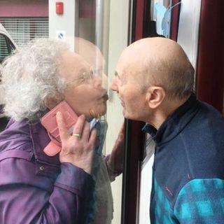 Nadia e Giuseppe, divisi da un vetro in tempi di coronavirus. Ma uniti dal cuore