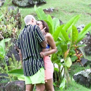 """Anitta e Lipe Ribeiro se beijam durante """"Ilhados""""."""