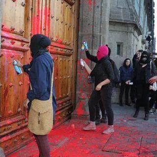 Presidente pide a feministas que no pinten puertas y paredes