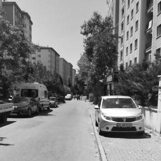 bu sokağın her ucunda aşkımızın izi kaldı