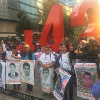 Marchan padres de normalistas desaparecidos