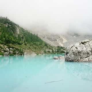 Malore fatale al lago di Sorapiss: 70enne di Pove muore davanti alla moglie