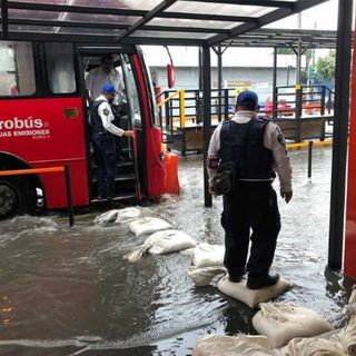 Lluvia y granizo afectó a usuarios de la Línea Emergente de Metrobús en la terminal Atlalilco.