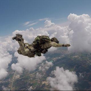 """Gli """"Alpini alati"""" si lanciano dal cielo di Thiene. Prove di caduta libera da 4 mila metri"""
