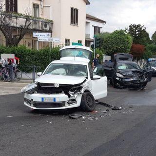 Schianto al semaforo fra due auto: danni ingenti, automobilisti illesi