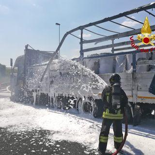 Paura sull'A4 all'altezza dello svincolo di Montecchio: camion devastato dalle fiamme