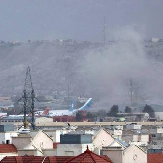 Afghanistan, doppio attacco all'aeroporto di Kabul: almeno 13 vittime