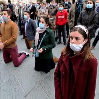 Macron vieta le messe, ma i cattolici francesi non ci stanno e scendono in piazza a pregare