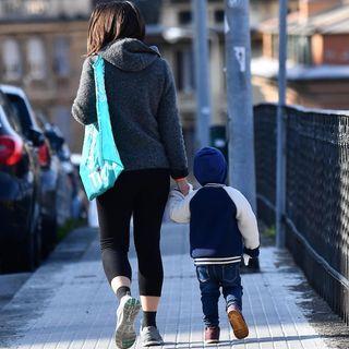Coronavirus, la camminata genitore-figlio si può