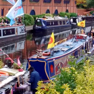 Birmingham Canals, Gas Street Basin, Jane from the CRT, and David from St Paul's Trust shows us around a very special narrowboat  EP 6