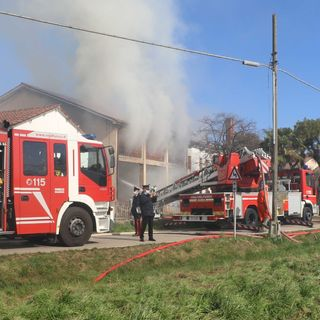 Violento incendio in un'azienda agricola: 18 pompieri al lavoro per domare le fiamme