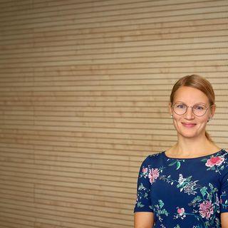 Rajakylän teknoluokan opettaja Essi Vuopala keskustelee Aipin kanssa STEAMista